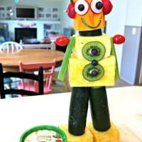 Looking for great kids birthday party ideas? This robot made out of fruit and vegetables is SUPER simple and fun to make - and is a great addition to EVERY party! Serve one at your next birthday party for kids or bring it to your next picnic!