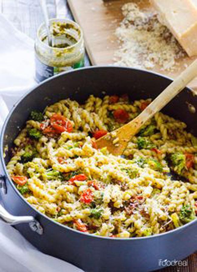 healthy-pesto-tomato-and-broccoli-pasta